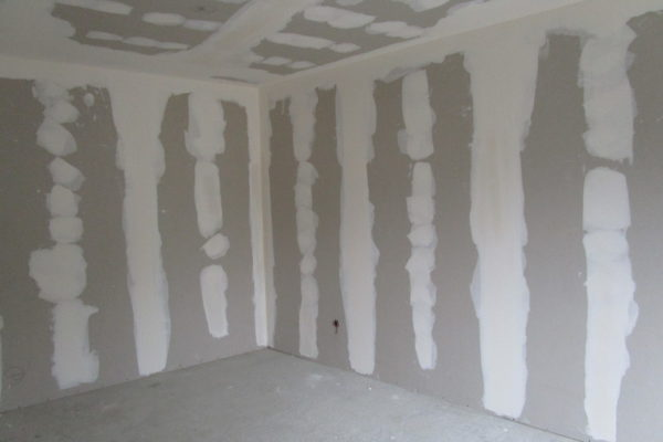chantier plaque de plâtre au niveau des murs et du plafond dans une rénovation. Plaque de plâtre posées sur rails métalliques par vissage.