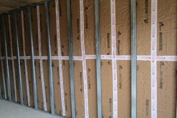 isolation murs en laine de verre sur rails métalliques avant la pose de plaque de plâtre